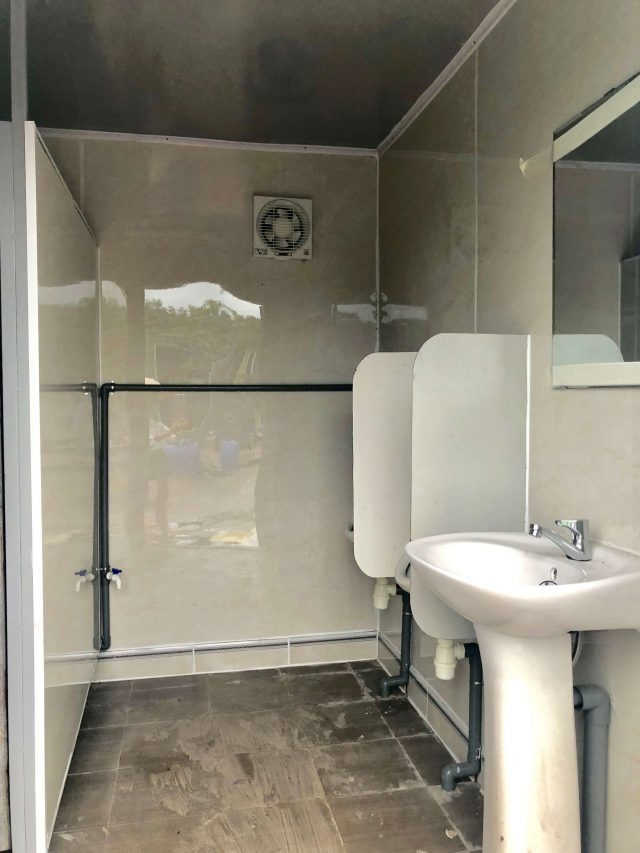 bên trong container toilet