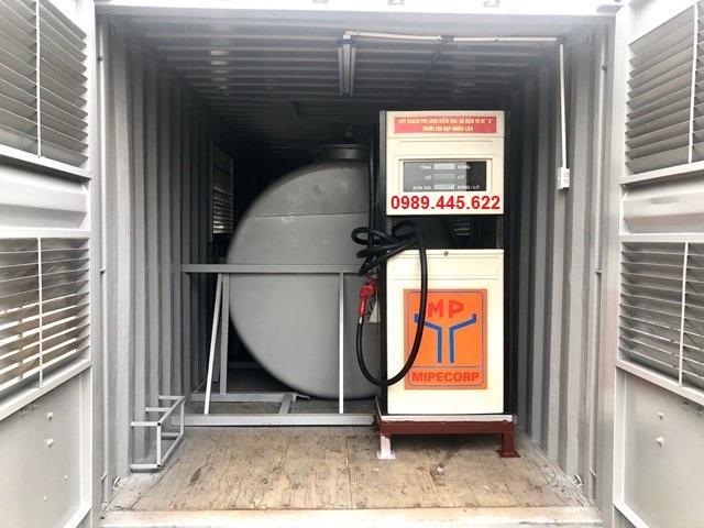 trong container chứa máy bơm xăng